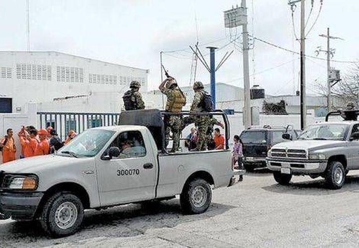 Marinos custodian la entrada de la empresa Oceanografía con sede en Ciudad del Carmen, Campeche, que fue asegurada desde el 28 de febrero. (Milenio)