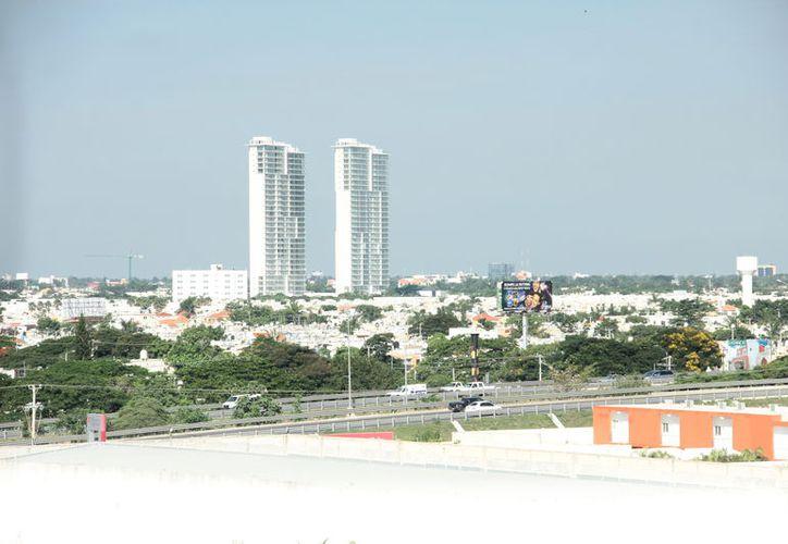 Las torres habitacionales cerca del Anillo Periférico aún registran pocos inquilinos. (Milenio Novedades)