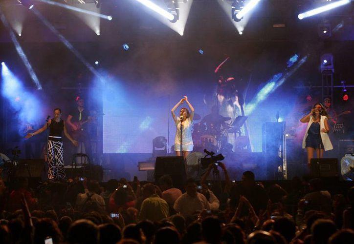 """El concierto de Ilse, Ivonne y Mimi comenzó al filo de las 22:00 horas con """"Alma gemela"""". (Christian Ayala/SIPSE)"""