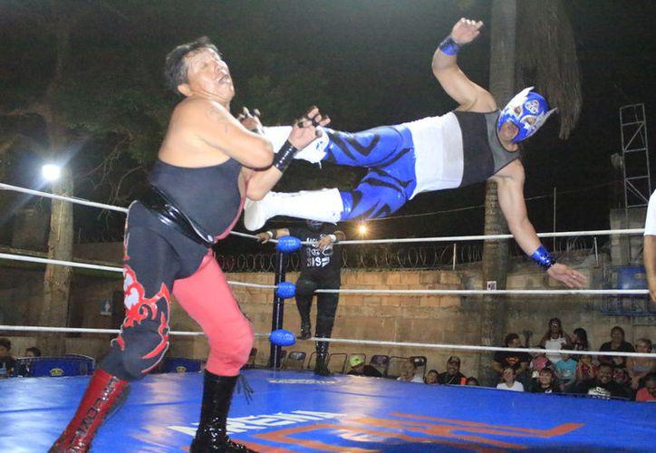 La lucha estelar será por el Campeonato de Parejas del Sureste, mismo que será disputado por cuatro talentosos gladiadores de la actualidad. (Miguel Maldonado/SIPSE)