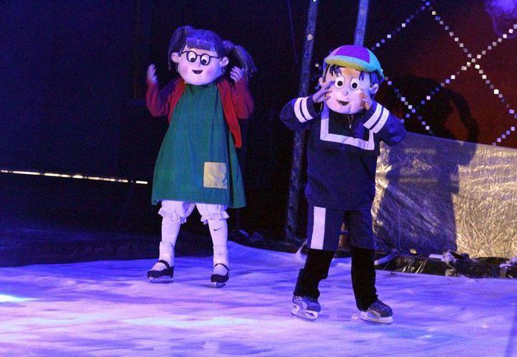 Personajes como la chilindrina, kiko, patinan en el espectáculo. (Adrián Monroy/SIPSE)