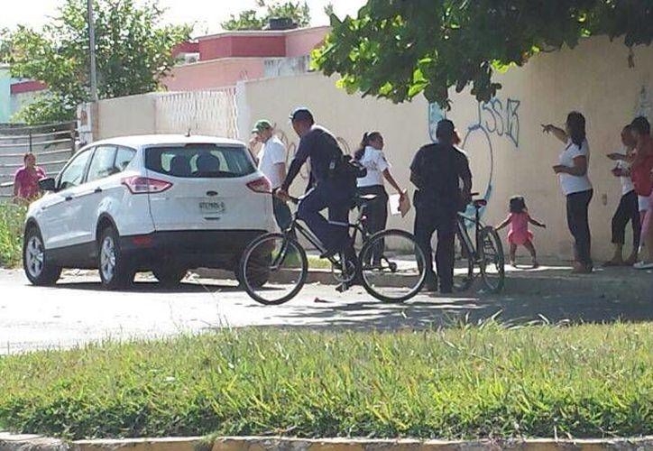 Vecinos, familiares y elementos policiacos se unieron a la búsqueda del menor sin resultados. (Redacción/SIPSE)