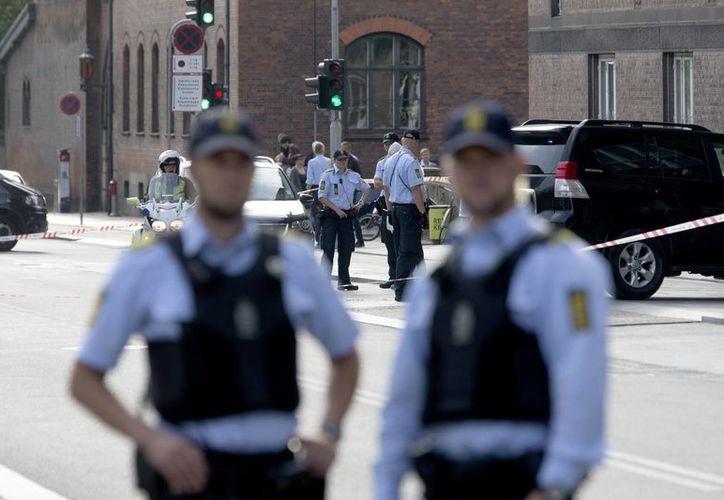 Agentes de seguridad a las afueras del tribunal Bailiff, que forma parte del más grande Tribunal de la Ciudad de Copenhague, y donde se produjo esta mañana un tiroteo. (Foto: AP)