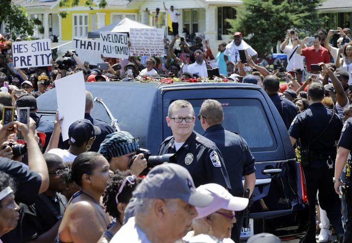 La carrosa fúnebre con el cuerpo de Muhammad Ali recorrió los lugares donde vivió en su infancia, durante la procesión de despedida del campeón en Louisville, Kentucy. (AP Foto/Mark Humphrey)