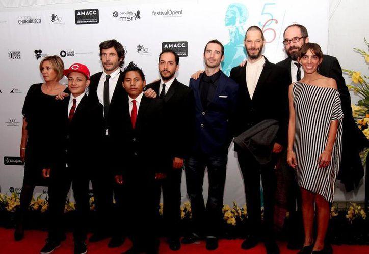 El elenco de la La jaula de oro a su paso por la alfombra roja de la 56 edición de la entrega de los Premios Ariel. (NotimexI