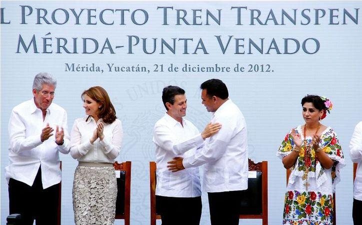 El gobernador Rolando Zapata Bello y el presidente Enrique Peña Nieto se saludan en el acto en el que se anunció el proyecto del tren transpeninsular. (SIPSE)