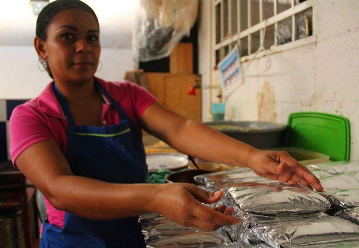 Aseguran la envoltura con papel aluminio sin descuidar el sabor. (Octavio Martínez/SIPSE)