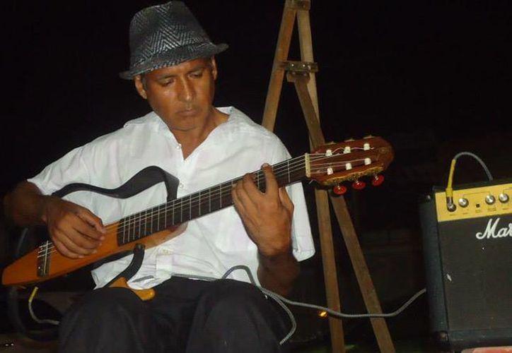 """José Refugio """"Cuco"""" Fernández ofrecerá clases de guitarra en el andador Gladiolas de Cancún. (Cortesía)"""