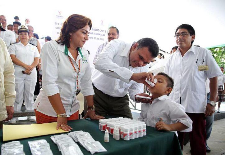 """El Gobernador aplicó dosis a alumnos de la primaria """"Guillermo Prieto"""". (SIPSE)"""