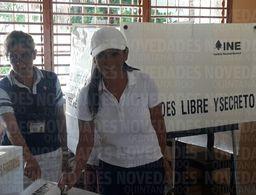 La candidata Laura Fernández arriba a ejercer su voto