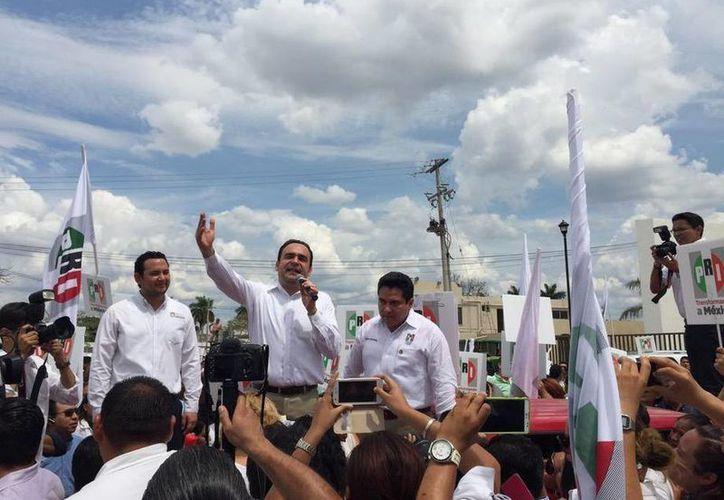 Nerio Torres Arcila llegó después del mediodía para registrarse ante  el Consejo Electoral de Mérida como candidato a alcalde. (twitter/@NerioTorresA)