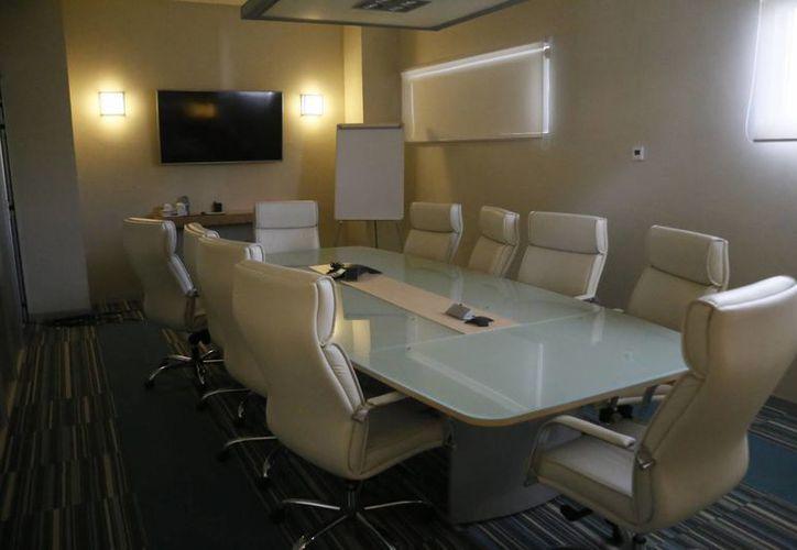 Ofrecen a los huéspedes habitación con accesorios para que pueda desarrollar su trabajo. (Israel Leal/SIPSE)