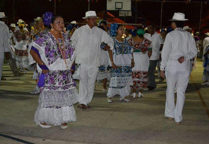 La jarana yucateca tiene en sí una esencia religiosa: algunos bailan para cumplir una promesa. (Notimex)