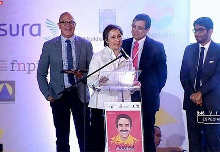 Imagen de la entrega del galardón a los autores del reportaje liderados por Carmen Aristegui, en Medellín, Colombia. (aristeguinoticias.com)