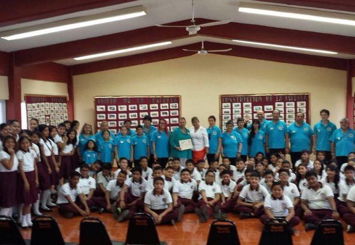 Los representantes del coro enseñaron a los menores de la institución educativa las reglas básicas de canto. (Pedro Olive/SIPSE)