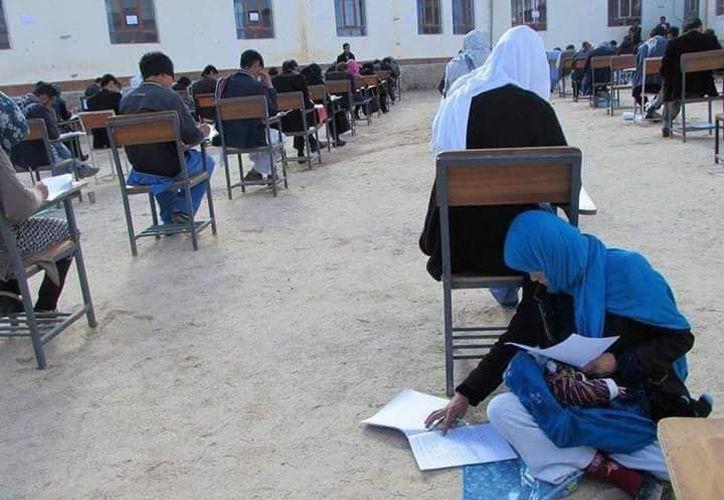 La joven está sentada en el suelo cargando a su hijo, mientras presenta su examen de ingreso a la Universidad. (Foto: Facebook)