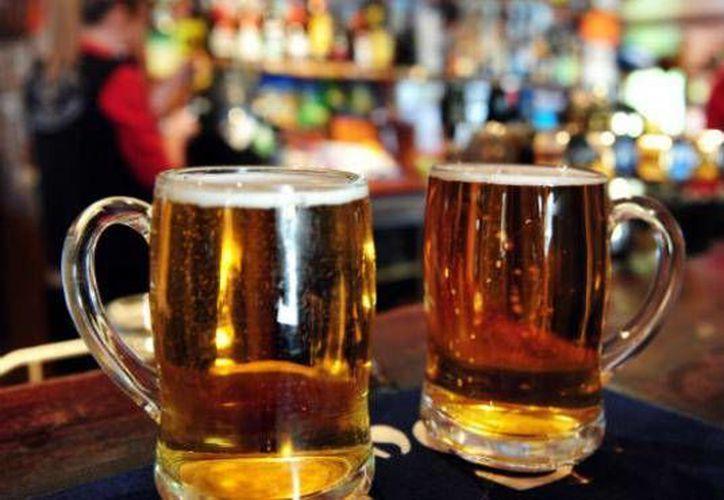 Durante la revisión, el área de Fiscalización y Horarios detectó un permiso apócrifo de venta de bebidas embriagantes. (Ángel Castilla/SIPSE)