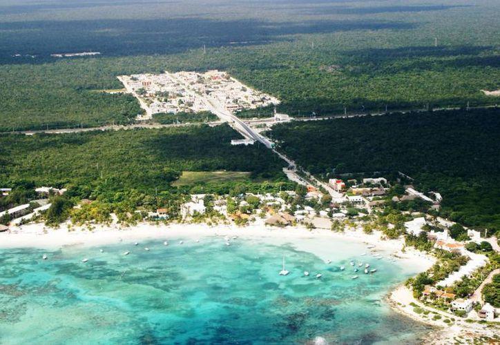 Exdelegados de Akumal apoyan las protestas de los pobladores en contra de la privatización del acceso a la bahía. (Rossy López/SIPSE)