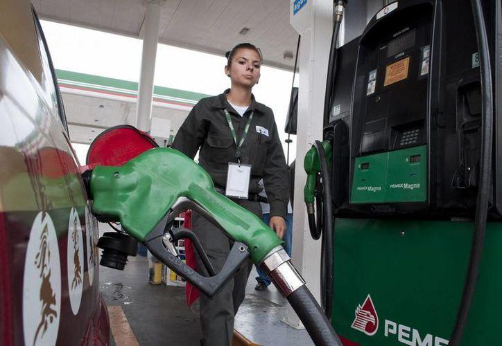A lo largo de 2013 los precios de las gasolinas Magna y Premium y del Diesel aumentaron cada mes en 11 centavos. (Notimex/Contexto)