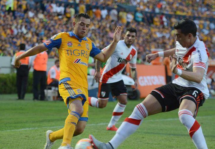 River Plate sufre varias bajas para el partido de vuelta, de la final por la Copa Libertadores, Tigres solo perdió a Hugo Ayala. En la imagen, acciones del primer encuentro. (Notimex)