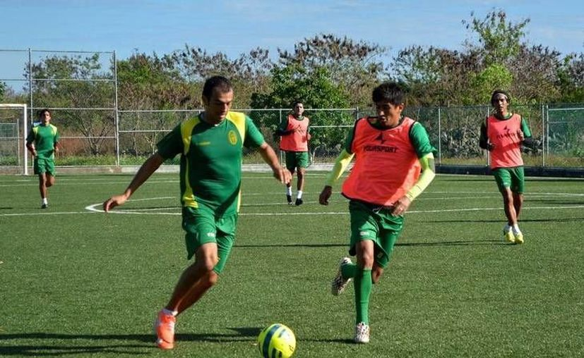 El equipo astado trabajó en todas sus líneas, principalmente en la delantera donde quiere ser más letal. Imagen de un entrenamiento del CF Mérida. (Milenio Novedades)