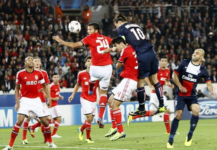 El sueco Ibrahimovic conecta con la cabeza y anota su segunda diana contra el Benfica. (Agencias)