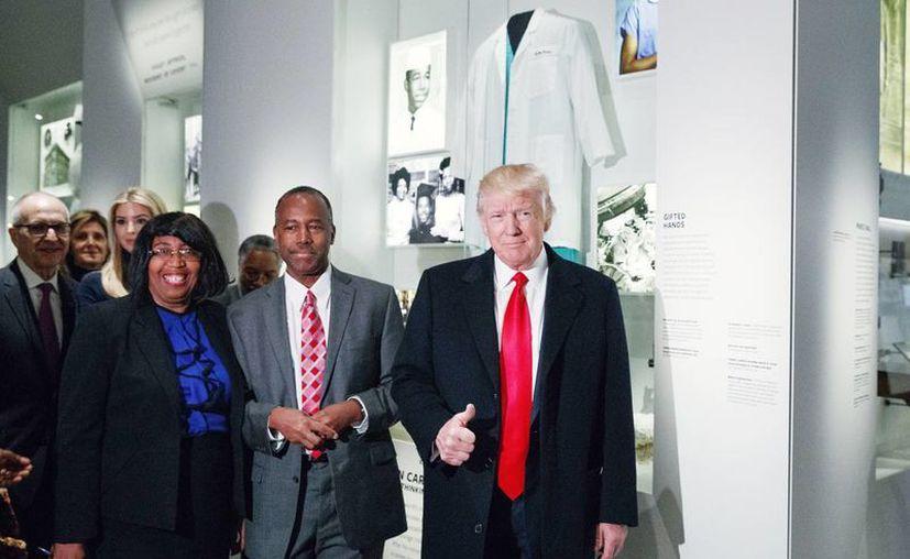 Donald Trump muestra su pulgar hacia arriba durante una visita en el Museo Nacional de Historia y Cultura Afro-Americana. En la foto está acompañado del secretario de vivienda, Ben Carson, y su esposa Candy, este martes en Washington. El Presidente de EU declaró: tenemos que deshacernos del odio, de los prejuicios y de la maldad.  (Foto AP / Evan Vucci)