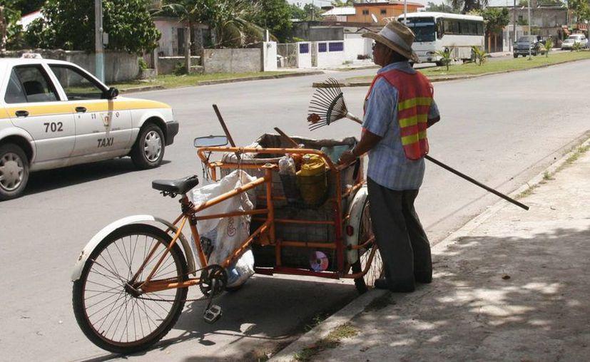 Los encargados de limpia pública del Sindicato Único de Trabajadores al Servicio de Othón P. Blanco se deslindan de grescas por plazas. (Harold Alcocer/SIPSE)