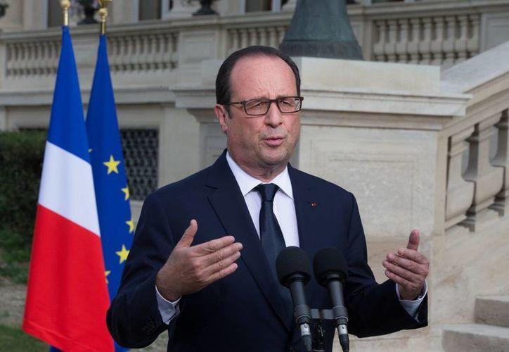 Hollande aseguró que los cadáveres de las víctimas francesas del accidente aéreo en Malí serán repatriadas. (AP)