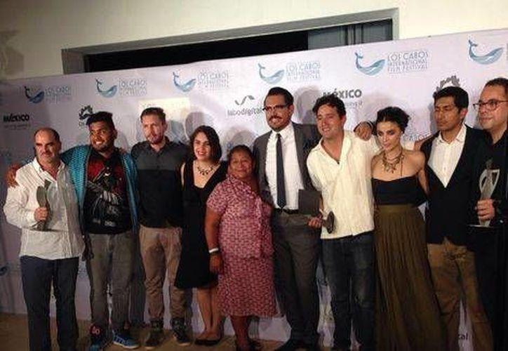 El cineasta Alonso Ruizpalacios (i) con los actores y actrices de Güeros, en el Festival Internacional de Los Cabos. (Foto de Twitter)