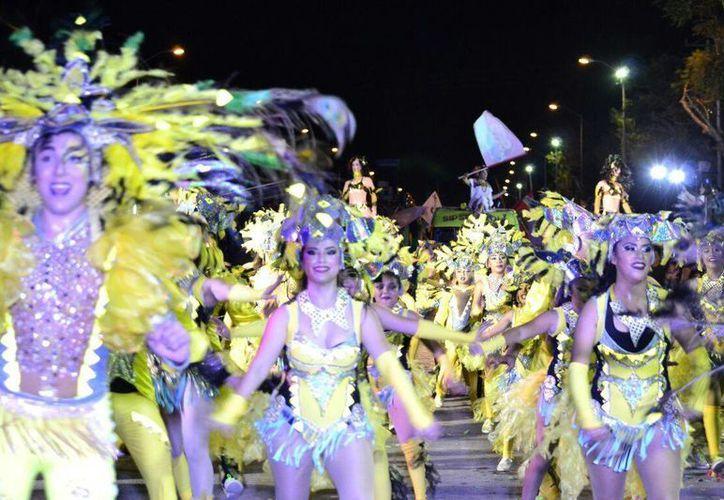 En el marco del Carnaval de Mérida 2017, la Policía federal colocó a numerosos visitantes la pulsera de 'Conductor designado' y se les invitó a evitar las bebidas alcohólicas. Imagen de contexto de una colorida comparsa en el desfile carnestolendo. (Daniel Sandoval/Milenio Novedades)