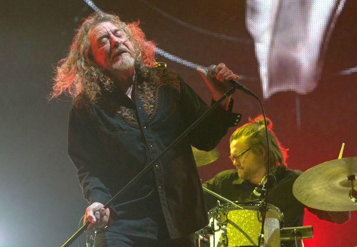 El grupo de rock Led Zeppelin lanzará la versión remasterizada de los álbumes 'Presence' (1976), 'In Through the Outdoor' (1979) y 'Coda' (1982) el próximo mes. En la imagen, el vocalista Robert Plant durante su actuación en la última edición del Vive Latino. (Notimex)