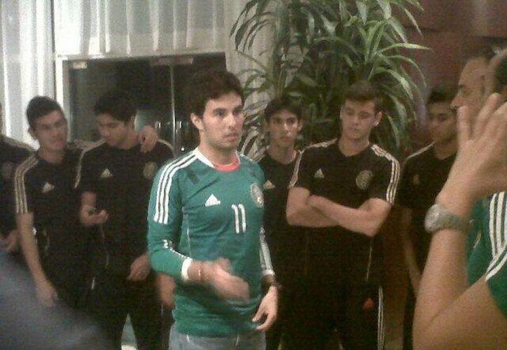 El piloto mexicano portó la camiseta oficial para dar aliento a los jugadores del Tri ante su próximo partido ante Argentina. (@FEMEXFUTOFICIAL)