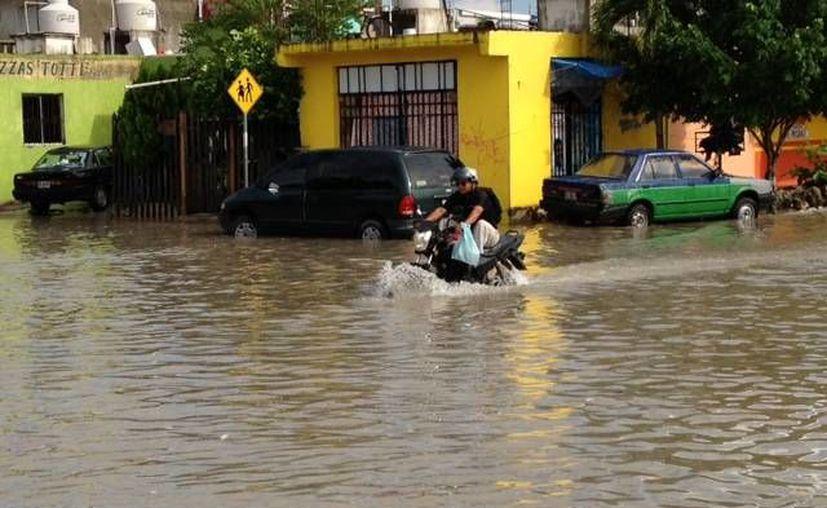 La avenida Misión del Carmen fue una de las afectadas por las lluvias. (Adrián Barreto/SIPSE)