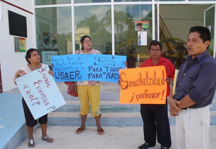 La manifestación de padres de familia en Puerto Aventuras. (Yenny Gaona/SIPSE)