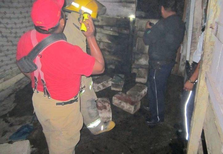Los bomberos se encargaron de evitar que el fuego se reactivara. (Archivo/SIPSE)