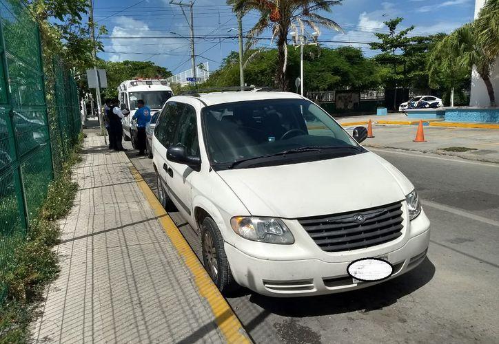 La mujer enfurecida comenzó a golpear los vidrios del vehículo familiar estacionado sobre avenida Juárez, donde se encontraba su marido besando a otra. (SIPSE)