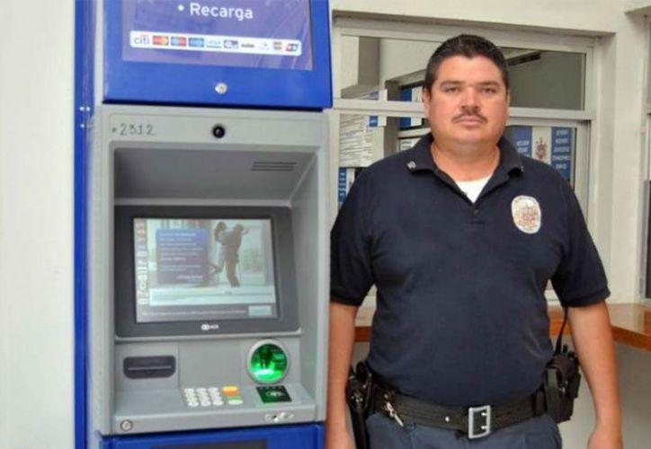 El agente Mario Alberto Ramos Lozano devolvió a una mujer 6 mil pesos que ella olvidó en un cajero automático. (Excélsior)