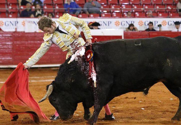 'El Payo' García cortó la única oreja de la tarde, al lidiar de buena manera a su segundo toro personal.(Foto tomada de Facebook/Plaza México)