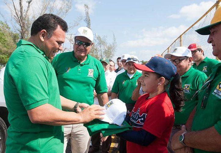 El gobernador Rolando Zapata Bello durante su visita a la unidad deportiva de la Liga Yucatán. (Cortesía)