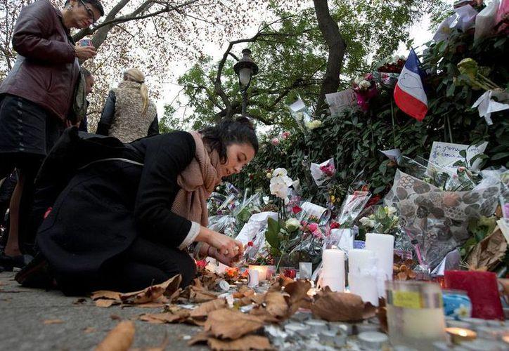 La ONU advirtió de que el Estado Islámico está 'invadiendo' Europa gracias a las redes sociales virtuales. La 'advertencia' llega tras la reivindicación que el EI hizo de los atentados en París. La imagen, usada únicamente con fines ilustrativos, es de una ofrenda que en calles de París. (AP)
