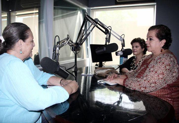 Mary Carmen Merritt, Alis García y Esperanza Nieto durante la transmisión del último programa del 2013 de Salvemos una Vida. (Milenio Novedades)