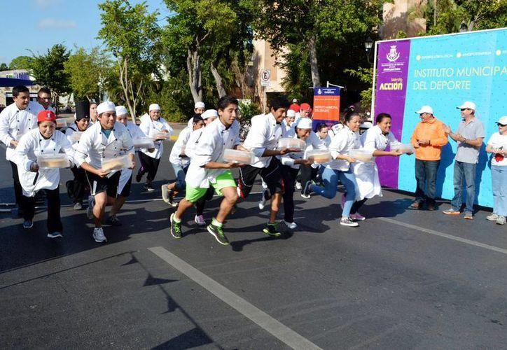 El objetivo de la carrera de los pasteles fue elaborar uno en varias etapas, a lo largo de un recorrido de 1.5 kilómetros. (Notimex)