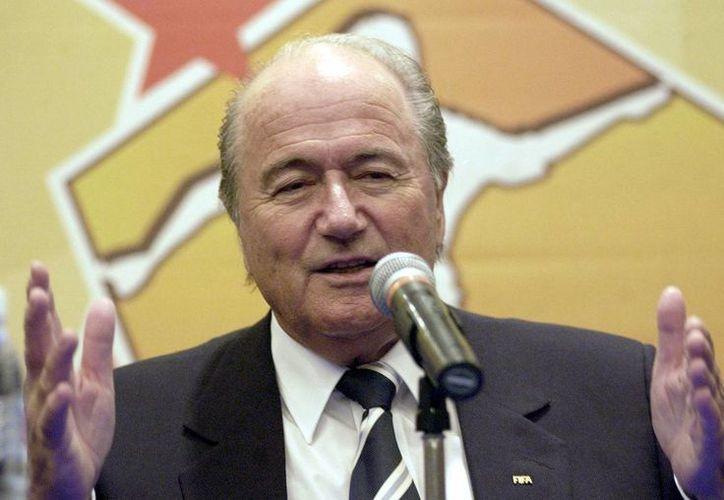 Ahora Blatter, presidente de FIFA, dice que su renuncia no depende de él. En la foto, de archivo, durante una conferencia en la que habló sobre México y la Copa Oro. (Notimex)