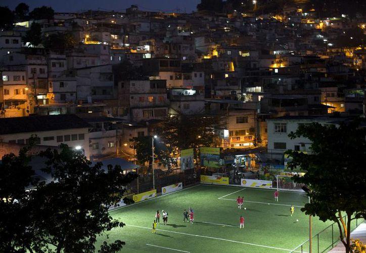 Durante la noche, el 100% de la luz se genera por la energía cinética que generan los movimientos de los futbolistas sobre la cancha. (AP)