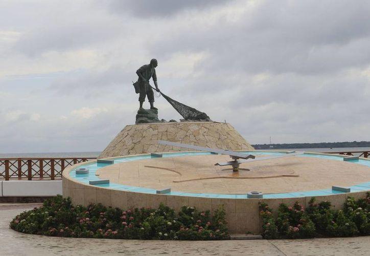 Los usuarios se toman fofotografías en el monumento y las difuenden en las redes sociales. (Harold Alcocer/SIPSE)