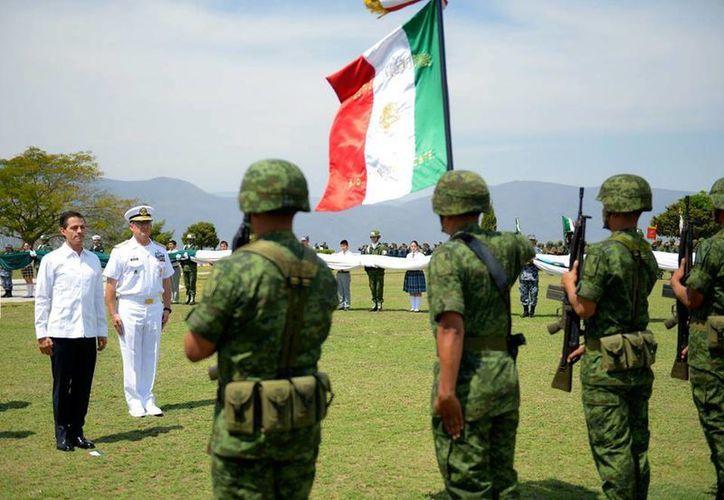 El presidente Enrique Peña Nieto conmemoró el Día de la Bandera en Iguala, Guerrero, lugar considerado cuna del lábaro patrio. (Presidencia)