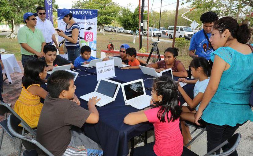 El Cibermóvil acerca las tecnologías de la información a niños, jóvenes y adultos de comisarías, sub-comisarías y colonias marginadas de Mérida. (Cortesía)
