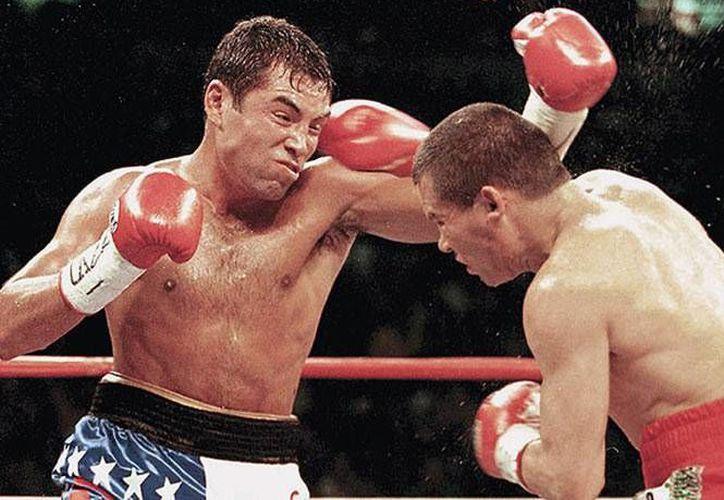 La pelea entre Óscar de la Hoya y Julio César Chávez, es considerada una de las mejores de la historia entre boxeadores de origen mexicano. (Archivo/AP)