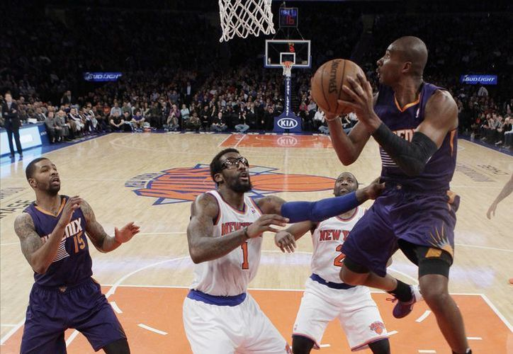 Leandro Barbosa (d) de Phoenix, avanza sobre Amar'e Stoudemire (1), de Knicks y anota. (Agencias)